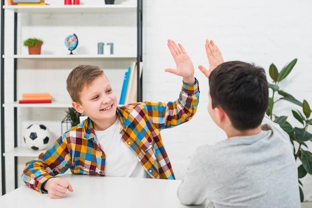 Jongens doen high five