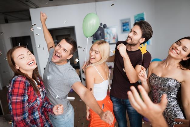Jongens en meisjes dansen op een verjaardagsfeestje.