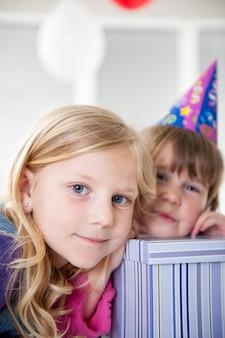 Jongens en meisjes genieten van verjaardagsfeestje