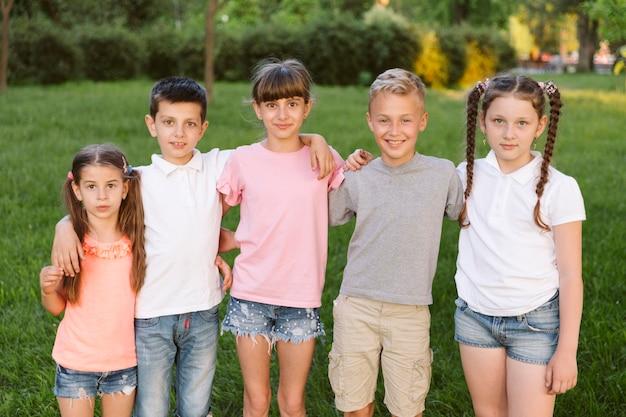 Jongens en meisjes kijken naar de camera