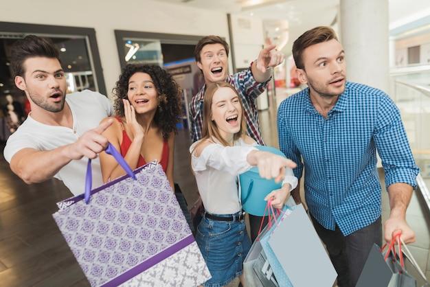 Jongens en meisjes zagen een grote uitverkoop in de showroom.