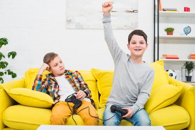 Jongens gamen