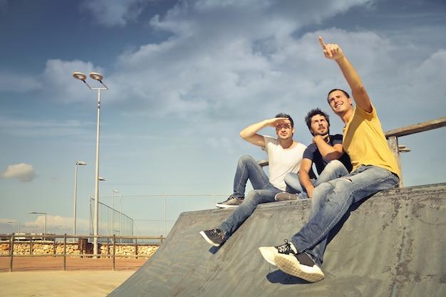 Jongens hangen in een park
