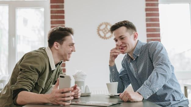 Jongens hebben koffie in een restaurant