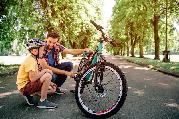 Jongens hebben tijdens hun trip op de fiets een korte pauze