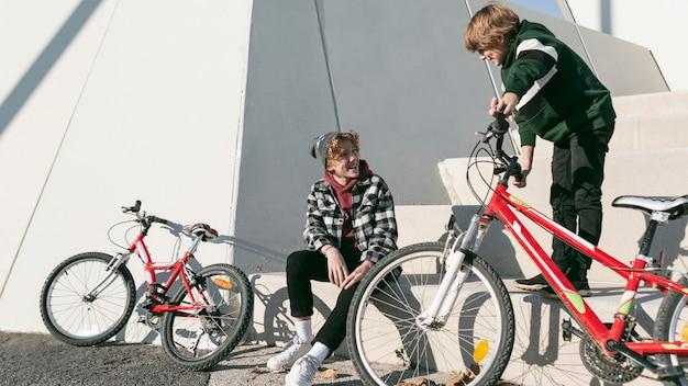 Jongens in het park hebben plezier met hun fietsen