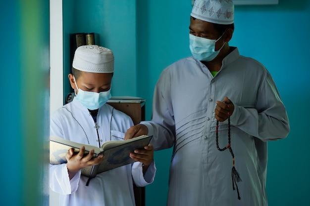 Jongens leren de koran lezen van de oudsten in de moskee, het concept van de volgende generatie islam.