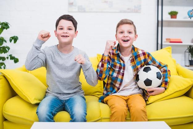 Jongens met voetbal