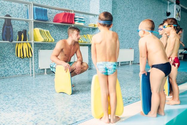 Jongens met zwembril en planken