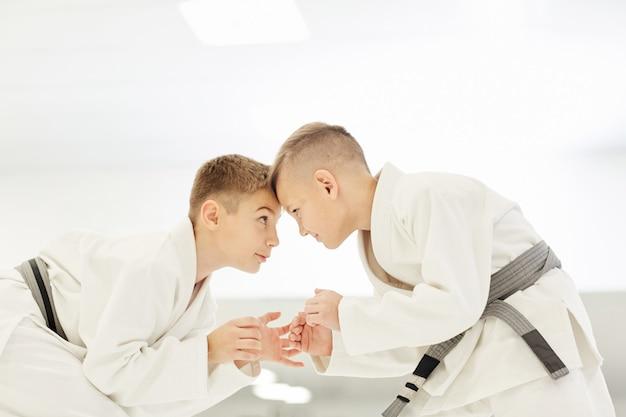 Jongens oefenen stakingen uit