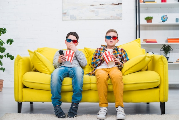 Jongens op de bank met 3d-bril