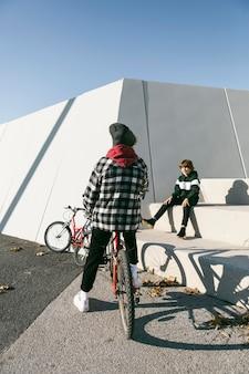 Jongens op het park met hun fietsen