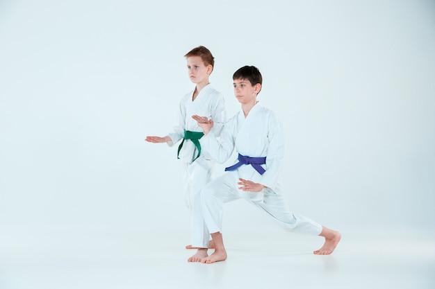 Jongens poseren bij aikido training in vechtsportschool. gezonde levensstijl en sport concept