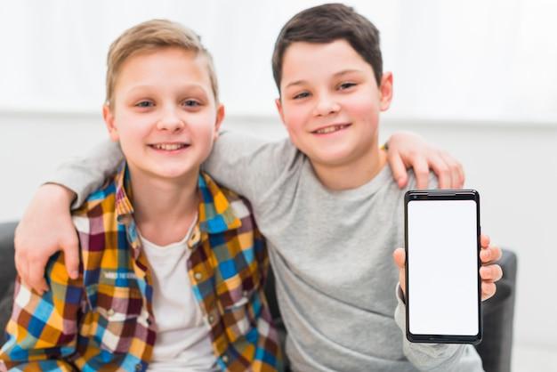 Jongens presenteren smartphone sjabloon