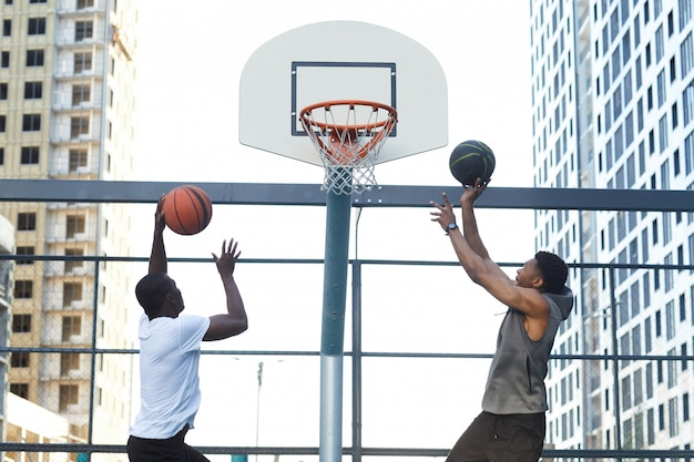 Jongens scoren doel in basketbal