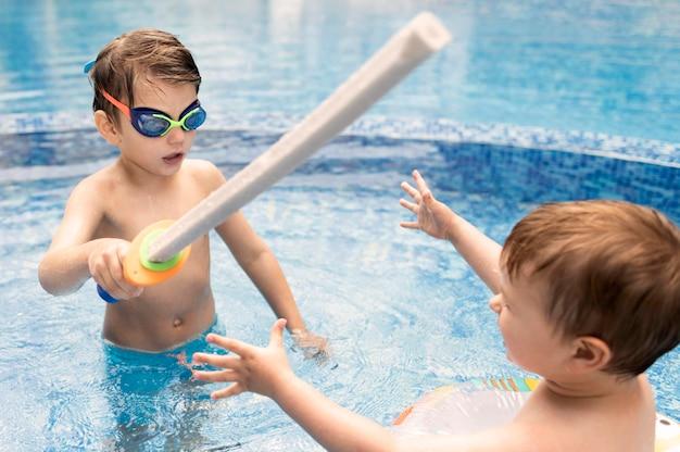 Jongens spelen bij het zwembad