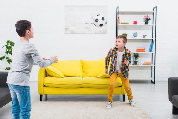 Jongens voetballen in de woonkamer