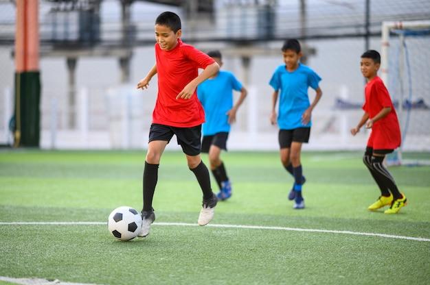 Jongens voetballen op het voetbalveld