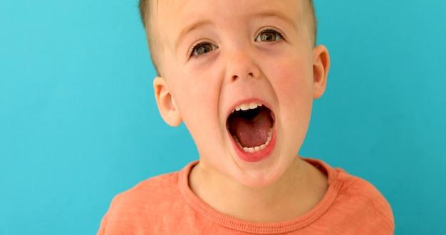 Jongenscream wijd open mond