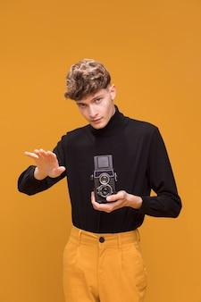 Jongensfilm met een camcorder in een gele scène