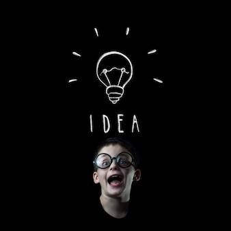 Jongensgezicht op zwart komt met een verscheidenheid aan ideeën en inzichten