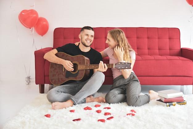Jongensmeisje het spelen gitaar in ruimte romantisch geluk in de dag van liefdevalentine