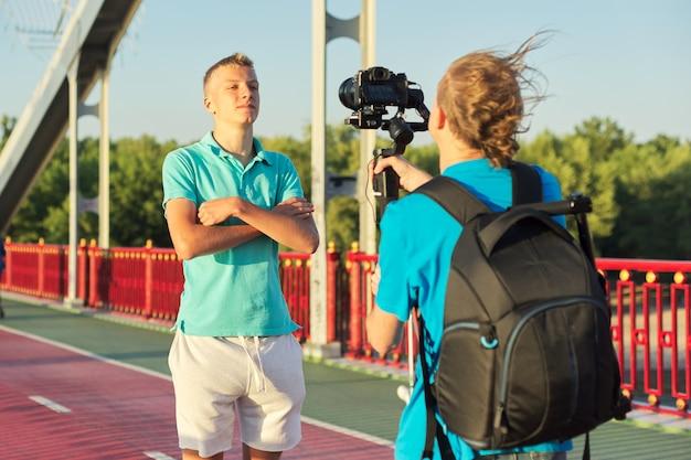 Jongensmodel en fotograaf die foto'svideo's nemen