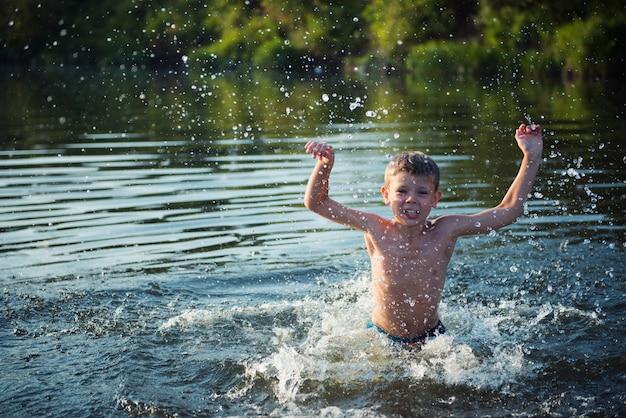 Jongensplons in de rivier
