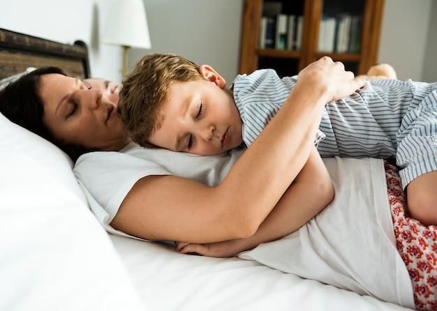 Jongensslaap op moeders borst