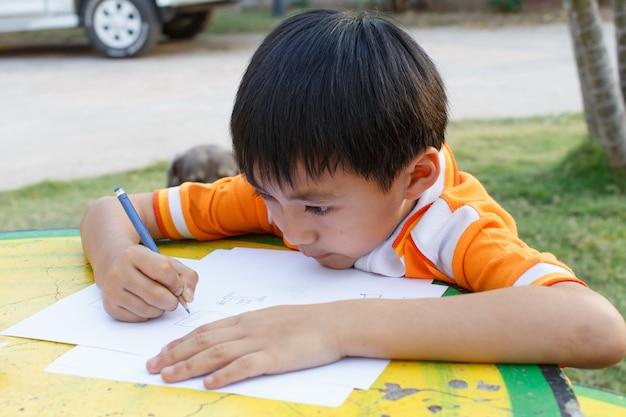 Jongenstekening met een potlood