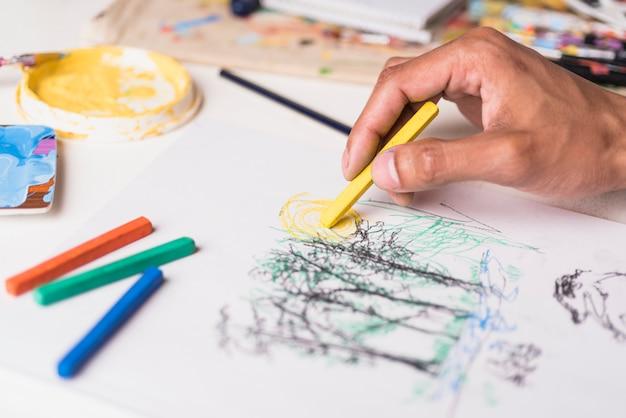 Jongenstekening met kleurpotlood