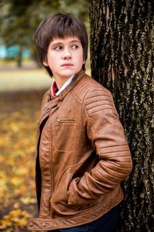 Jongenstiener in de herfstbos