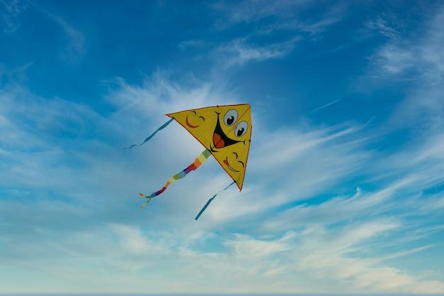 Jongensvlieger die op wolkenachtergrond vliegen.