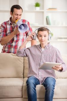 Jongenszitting bij bank en het gebruiken van digitale tablet.
