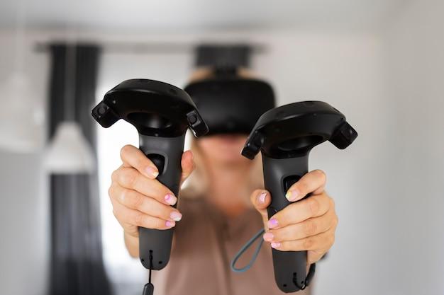 Jongere die videogames speelt met een vr-bril