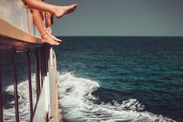 Jongeren chillen in catamaranboot ontspannen mensen maken tour oceaan reis reizen zomer
