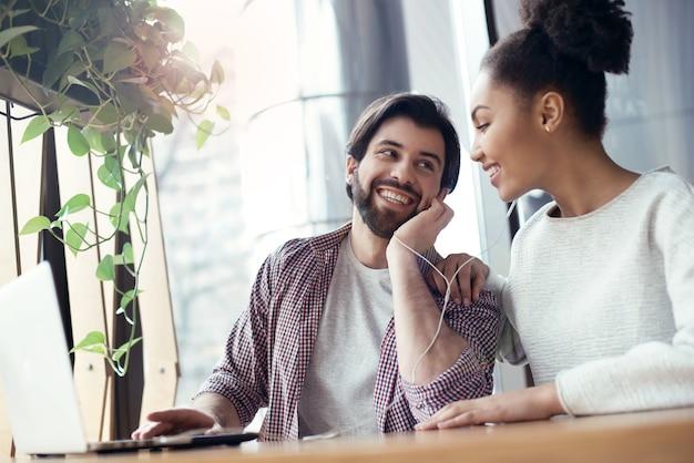 Jongeren coworking samen op creatieve kantoor zitten liste