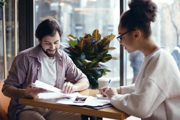 Jongeren coworking samen op creatieve kantoor zittende hersenen