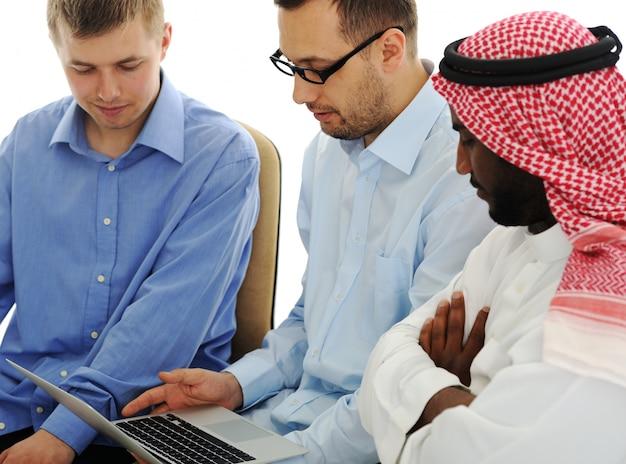 Jongeren die aan laptop bij internationale universiteit werken