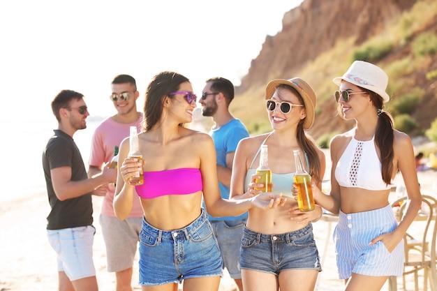 Jongeren die feest hebben op het strand