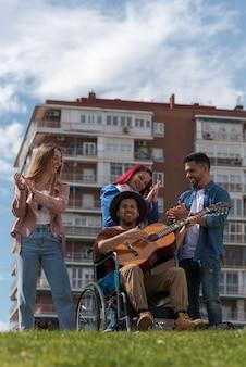 Jongeren die gitaar in het park spelen
