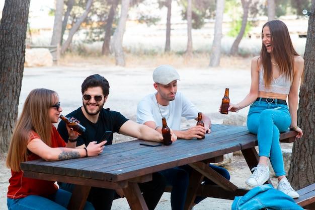 Jongeren die het weekend in een bos in openlucht vieren