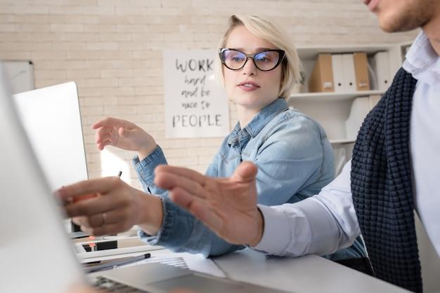 Jongeren die in bureau samenwerken