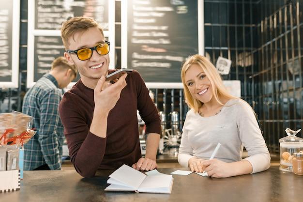 Jongeren die in koffiewinkel werken
