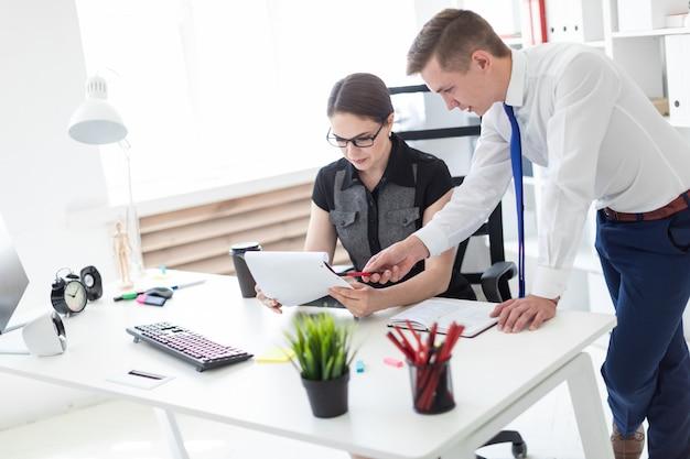 Jongeren die op het kantoor met documenten werken.
