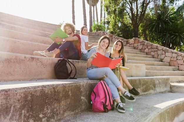Jongeren die op oude tribunes studeren