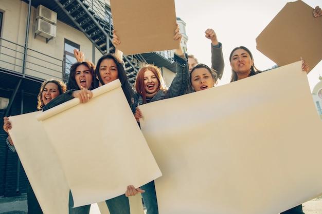 Jongeren die op straat protesteren tegen vrouwenrechten en gelijkheid