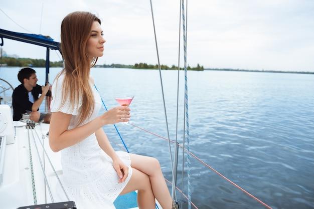 Jongeren die plezier hebben in zeereis jeugd en zomervakantie concept alcoholvakantie