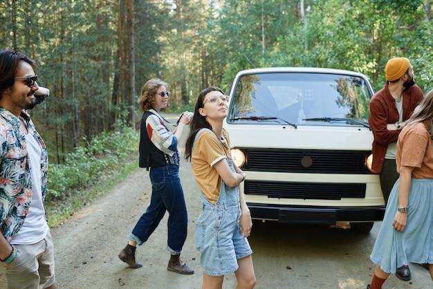 Jongeren die rondkijken in het bos gaan ze hier per busje heen