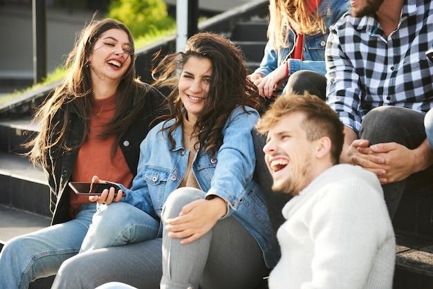 Jongeren die samen geweldige tijd hebben in de stad